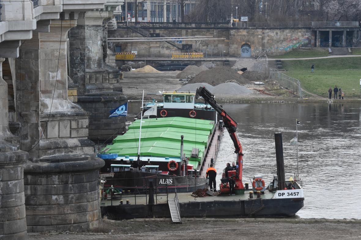 Uvázlá loď v Drážďanech