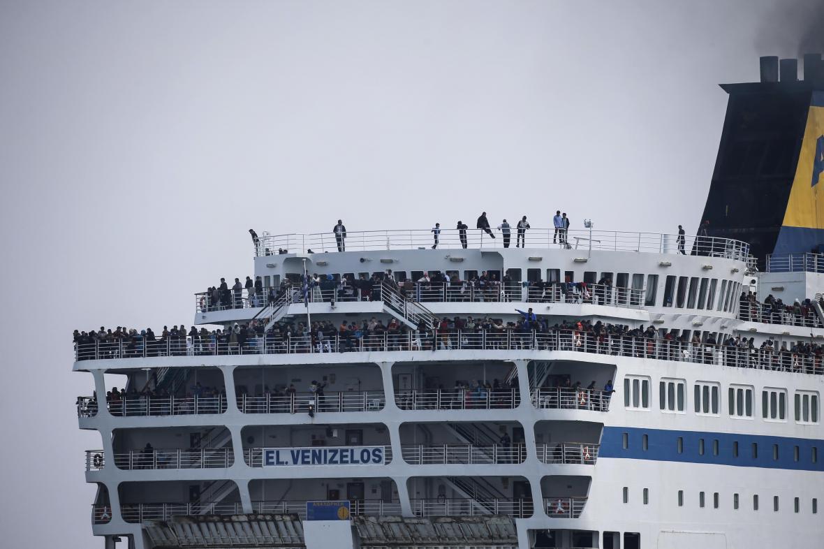 Loď Eleftherios Venizelos pravidelně přiváží migranty na řeckou pevninu