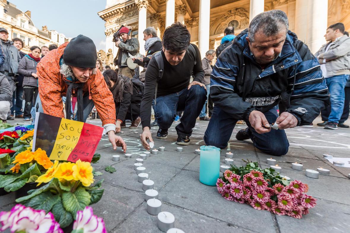 Lidé zapalují svíčky v centru Bruselu.