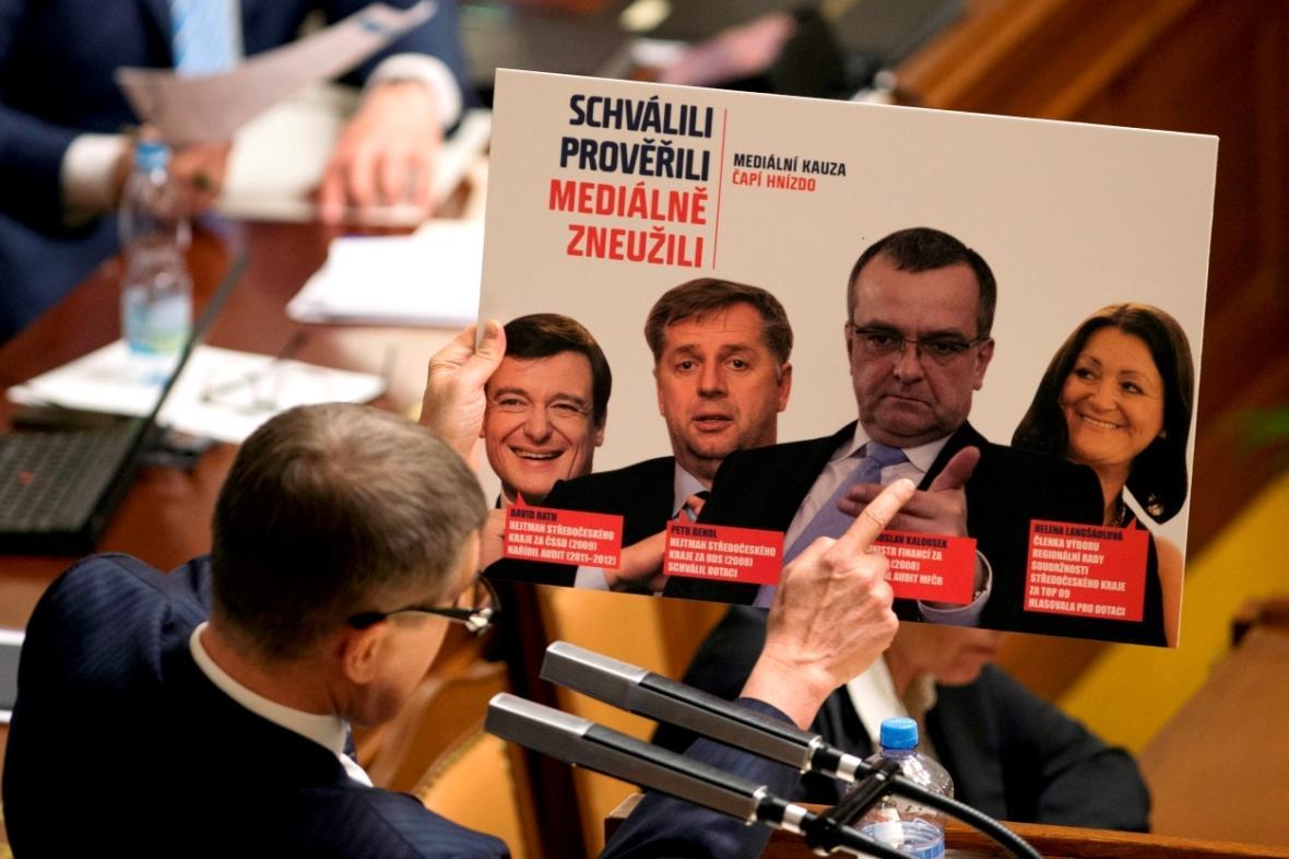 Andrej Babiš ukazuje, kdo schválil dotaci pro Čapí hnízdo