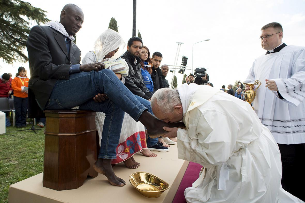 František během omývání nohou v zařízení pro migranty