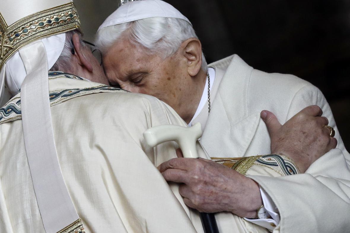 Benedikt XVI. a František na snímku z prosince 2015