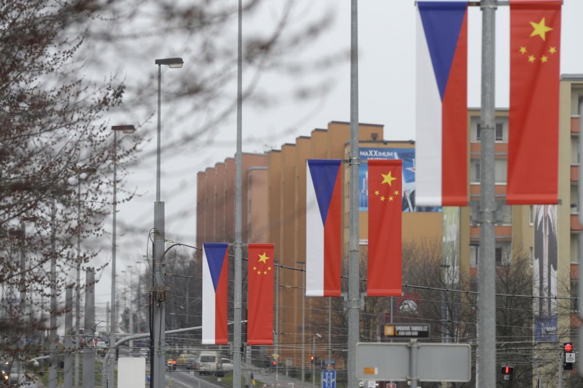 České a čínské prapory na Evropské třídě