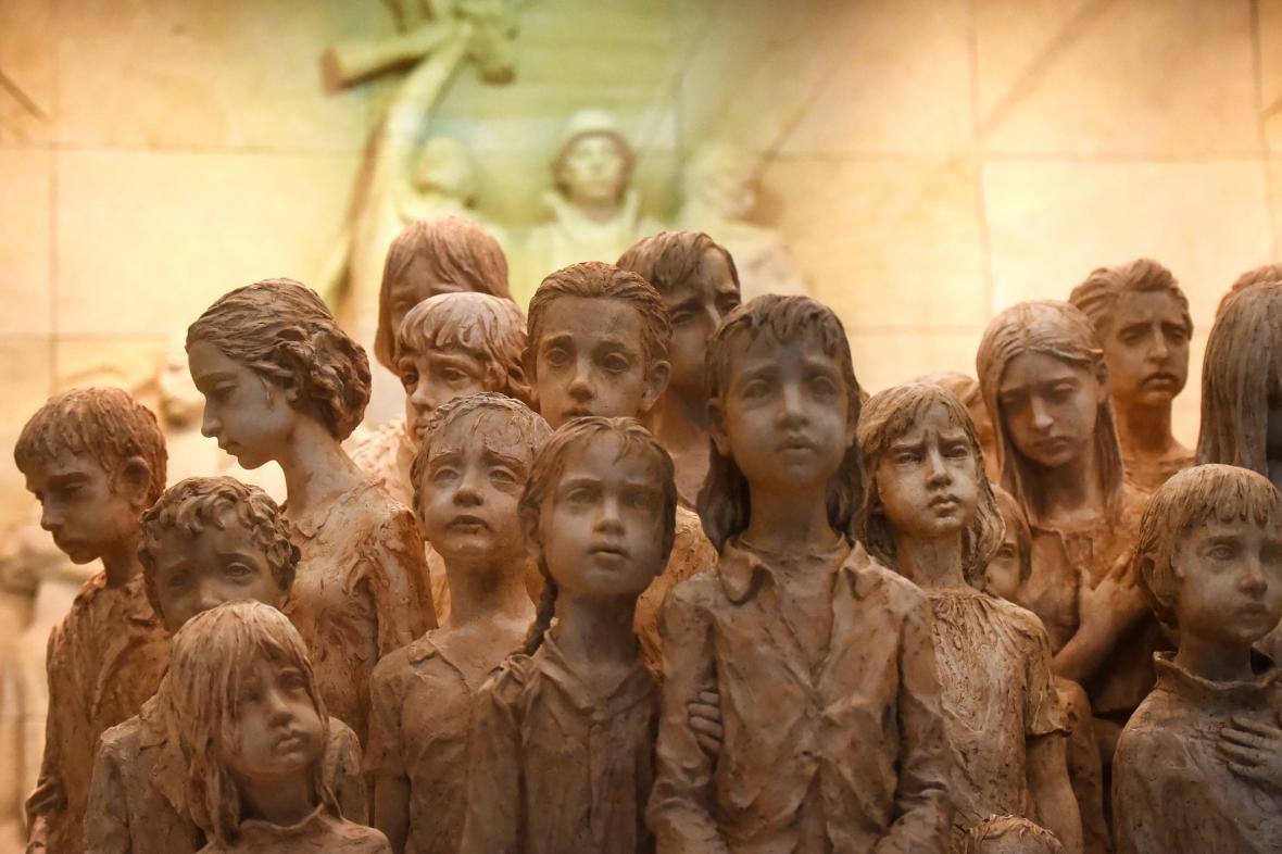 Sádrový model sousoší lidických dětí