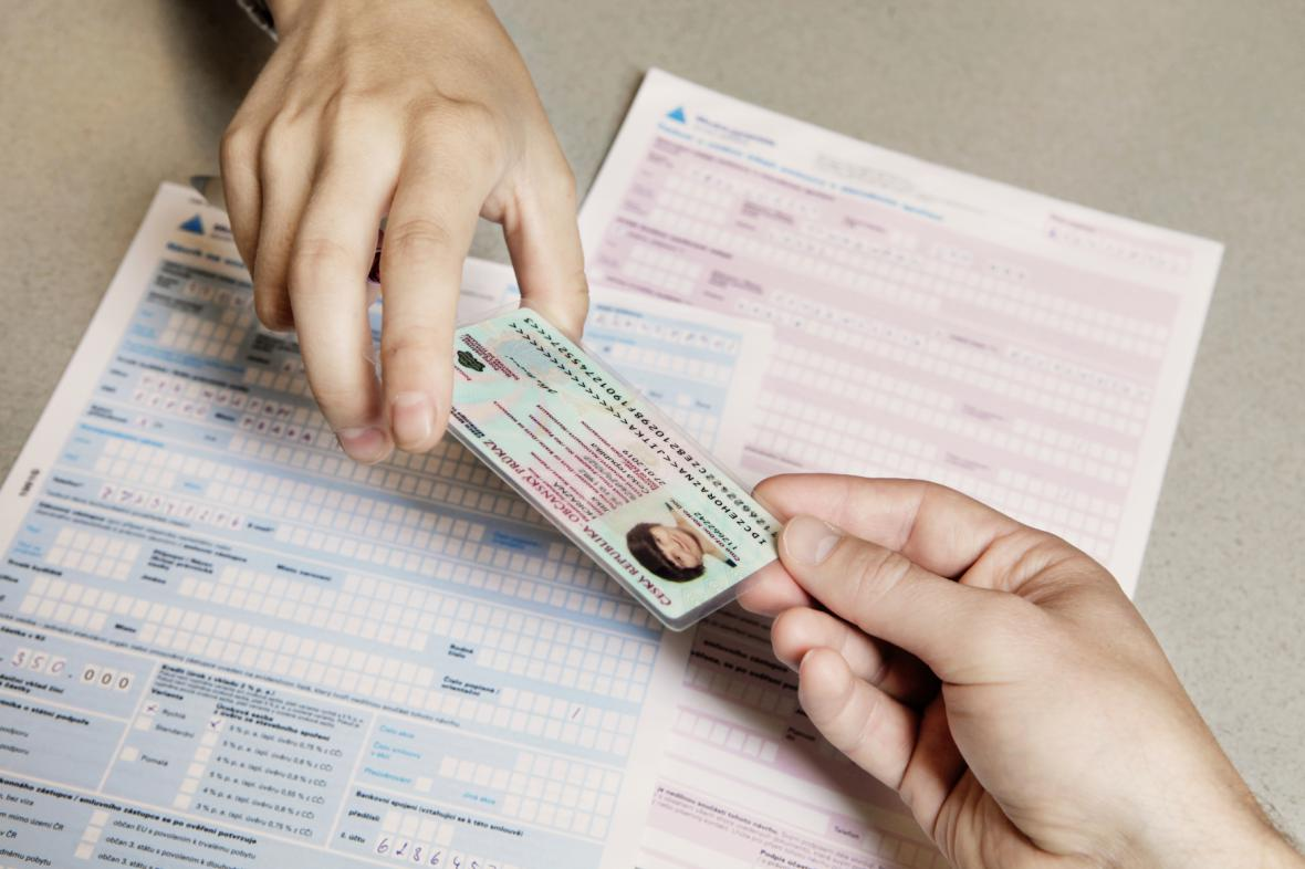 Muž podnikal na ukradený občanský průkaz. Úřad jeho platnost neověřil