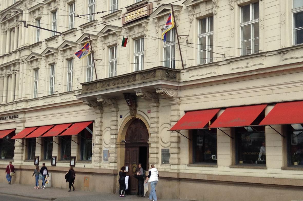 Tibetské vlajky na budově FAMU během návštěvy čínského prezidenta v Praze