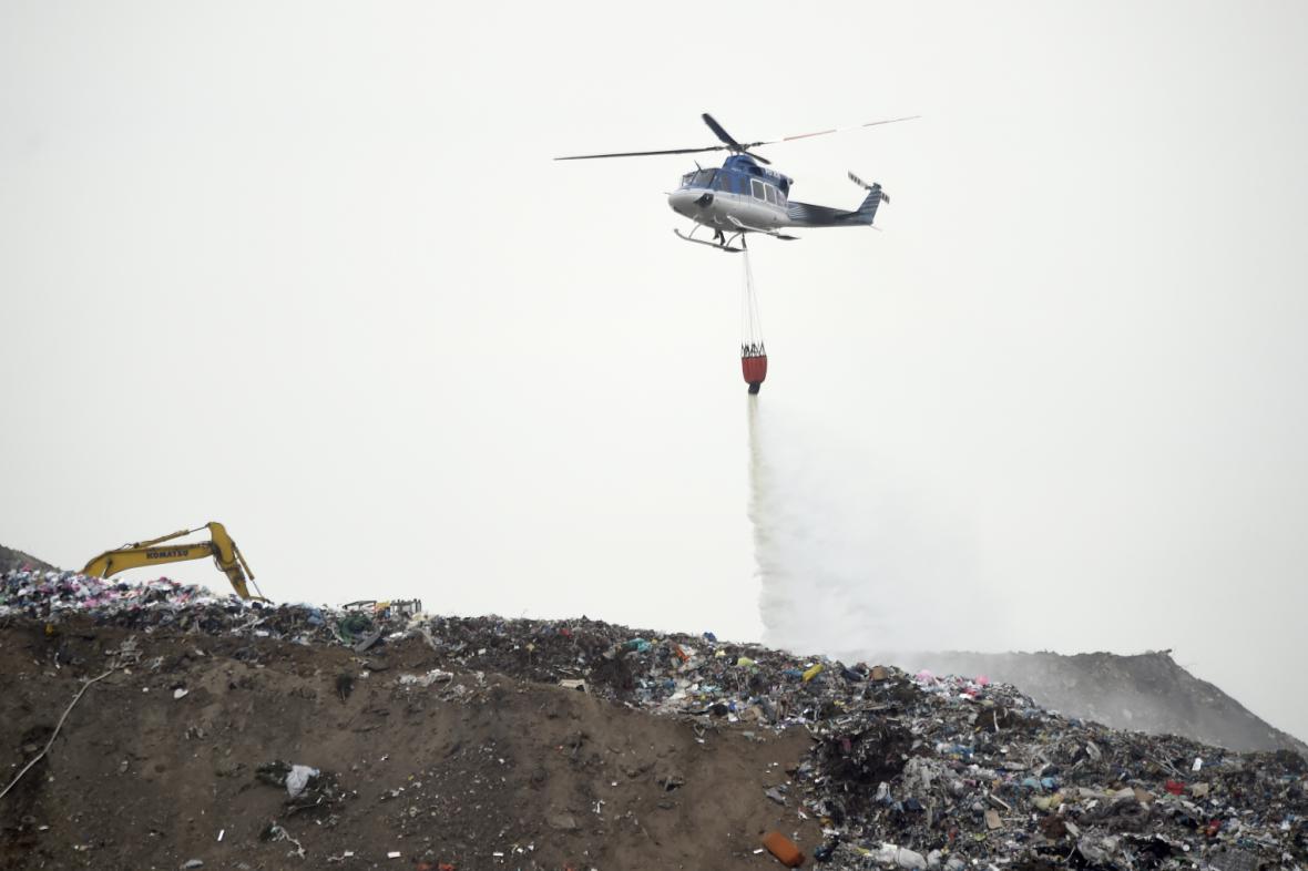 Hasiči likvidují požár skládky u Čáslavi