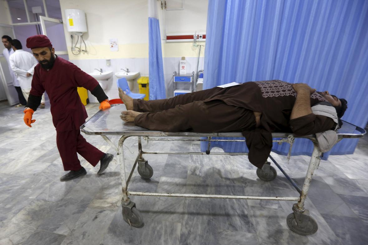 Jeden ze zraněných po sebevražedném útoku v Kábulu