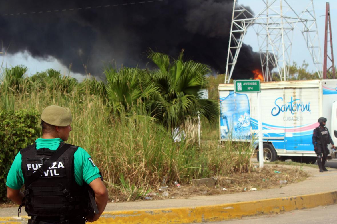 Oblak kouře nad areálem Pemex ve státě Veracruz