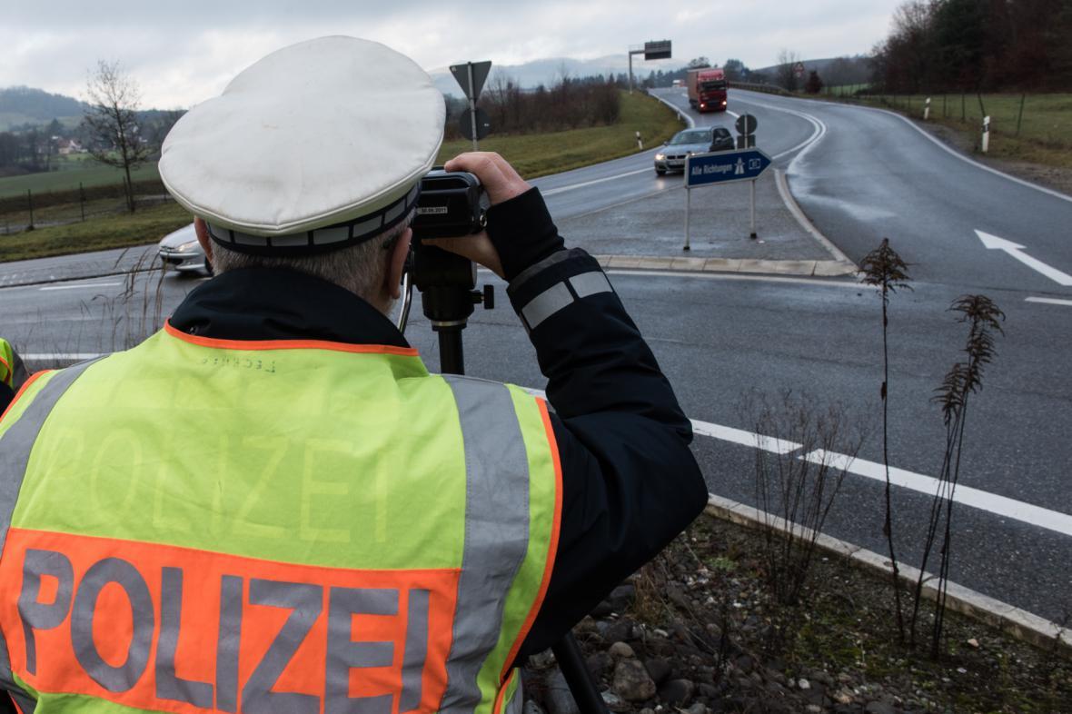 Německá policie měří rychlost