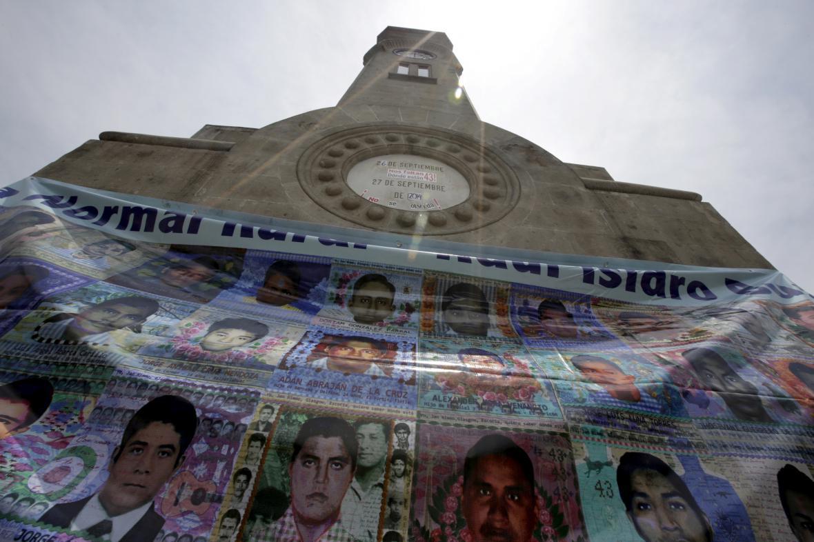 Portréty několika studentů ze zmizelé skupiny
