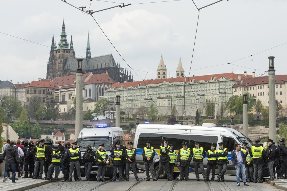 Policisté přehradili Mánesův most