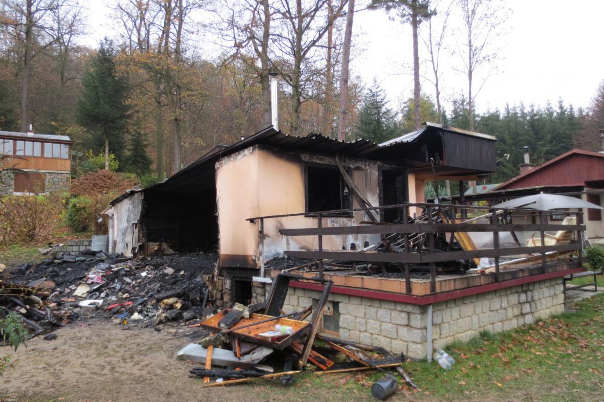 Jedna z vypálených chat v chatové osadě Jitřenka