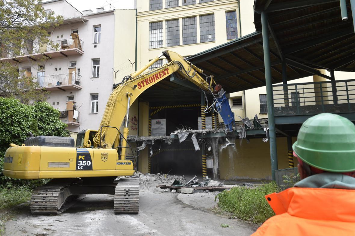 Dělníci začali demolovat budovy v areálu brněnské Vlněny