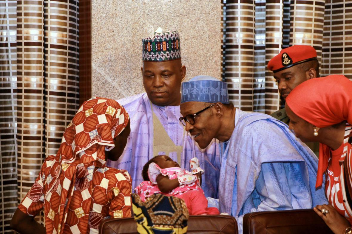 Zachráněná Amina ukazuje své miminko nigerijskému prezidentovi