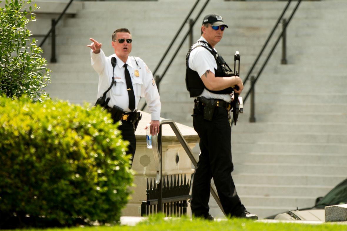 Agenti tajné služby u vchodu do západního křídla Bílého domu