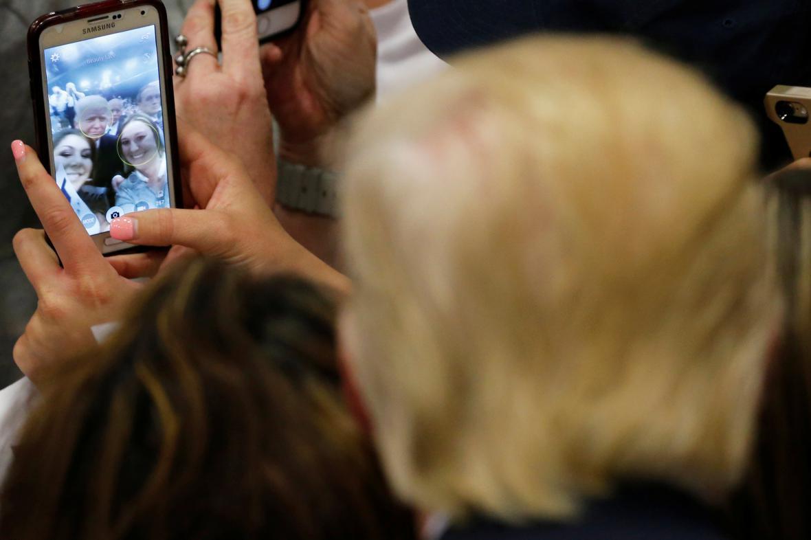 Donald Trump pózuje na selfie se svými podporovatelkami