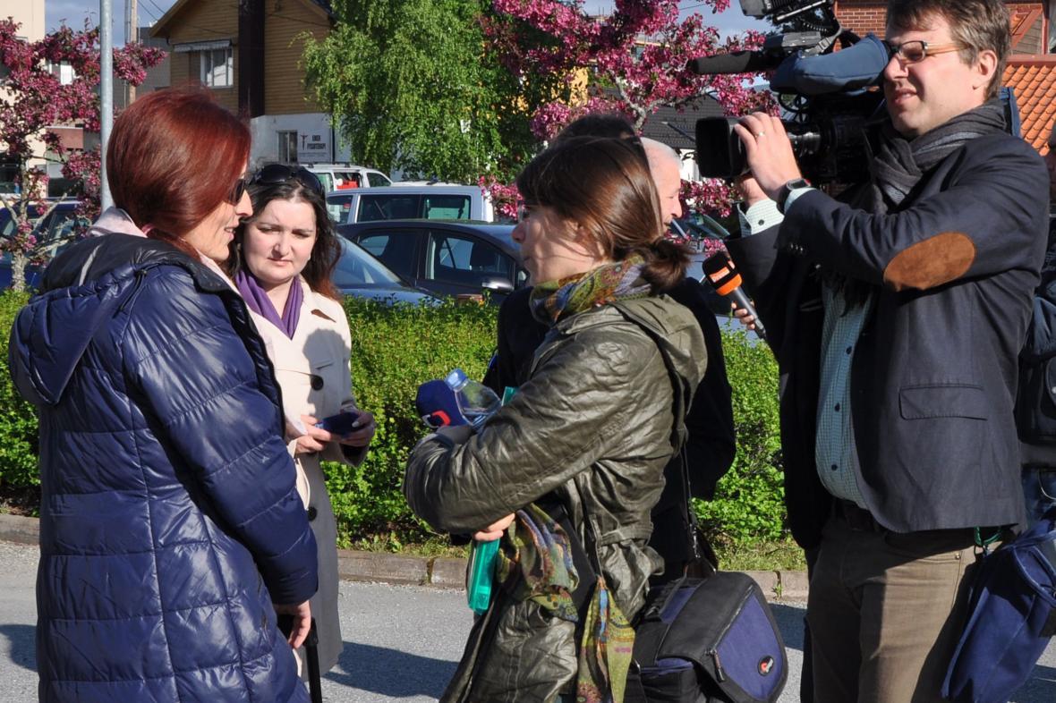 Eva Michaláková hovoří před začátkem soudního líčení s s novináři