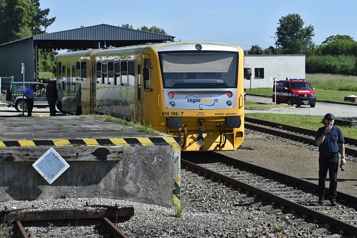 První osobní vlak na letišti v Plané