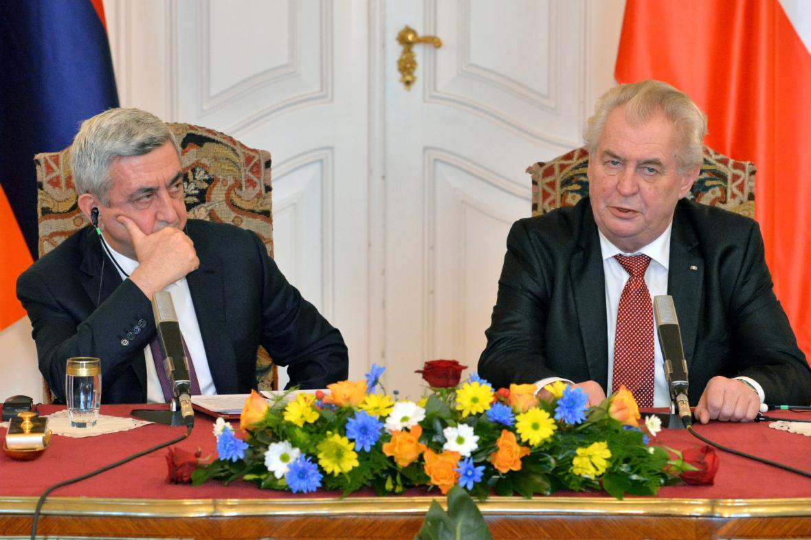 Miloš Zeman s arménským prezidentem Seržem Sargsjanem při jeho návštěvě Česka v lednu 2014.