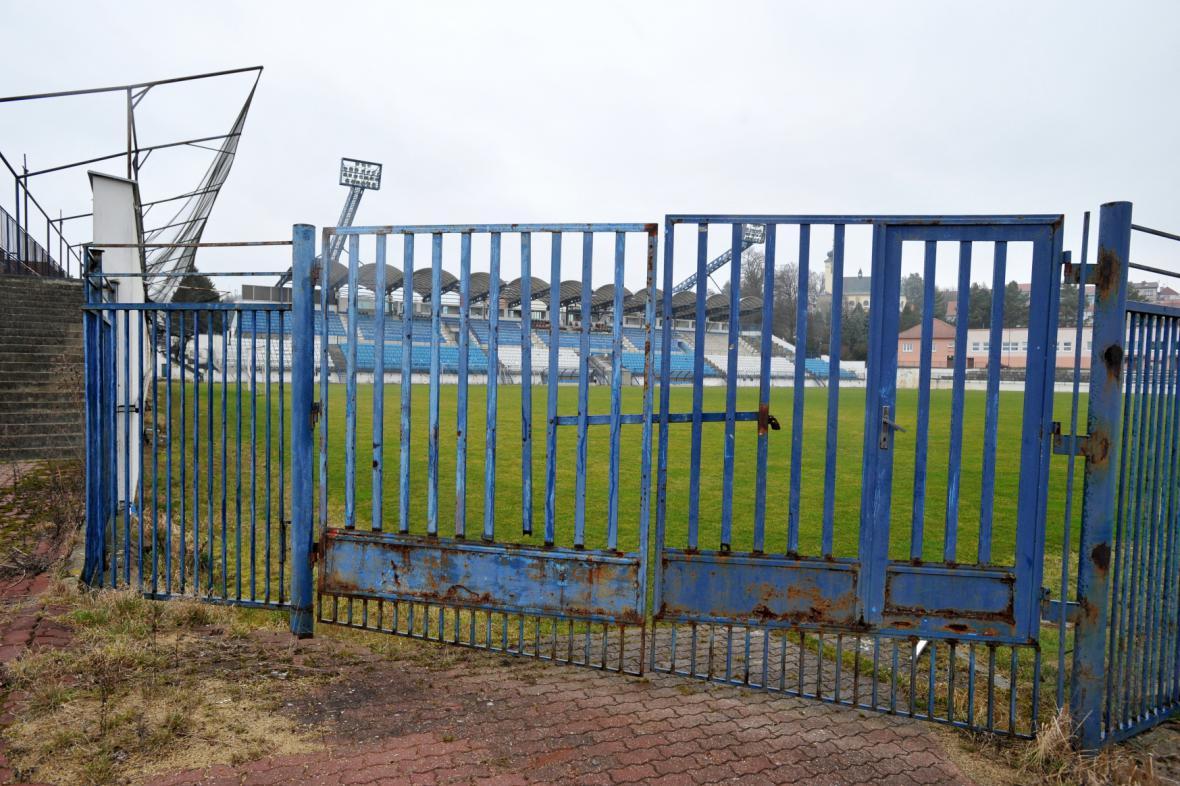 Zchátralý stadion v Drnovicích