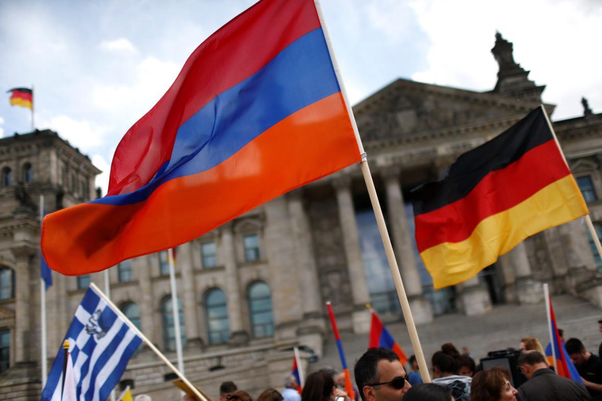 Arménská a německá vlajka před Bundestagem