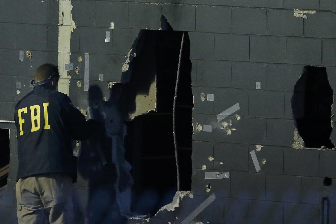Pracovníci FBI provádějí vyšetřování na místě střelby