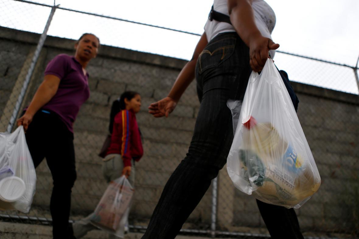 Lidé ve Venezuele musí na chtěné potraviny vystát fronty