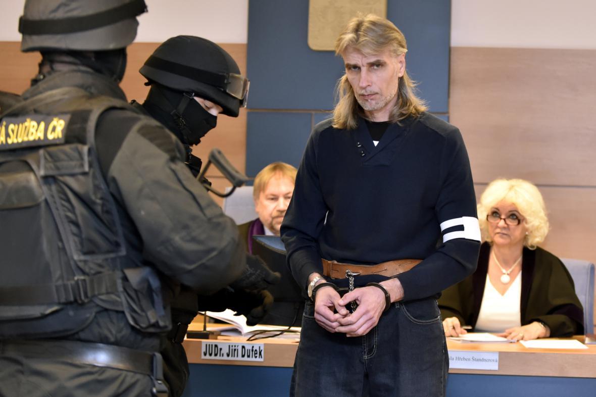 Soud rozhoduje o trestu pro Jiřího Večeře. Státní zástupkyně navrhla doživotní trest
