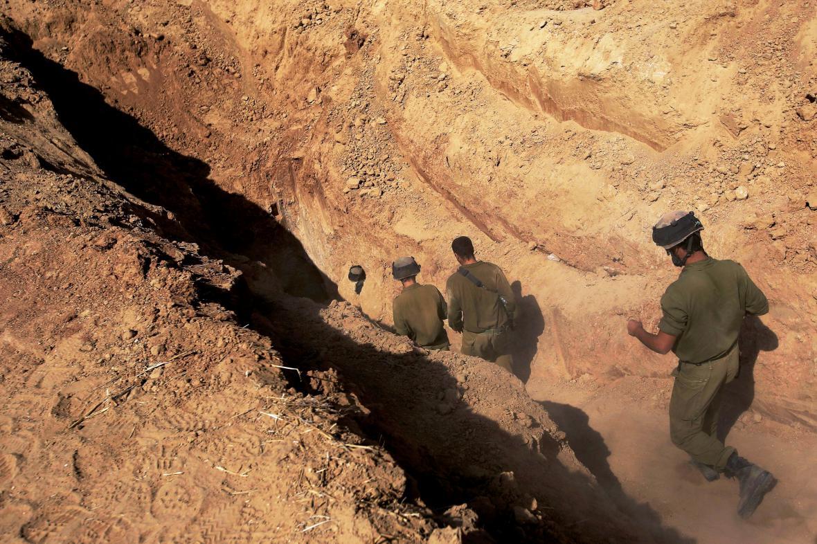 Izraelští vojáci prozkoumávají podzemní tunel poblíž hranic s Gazou