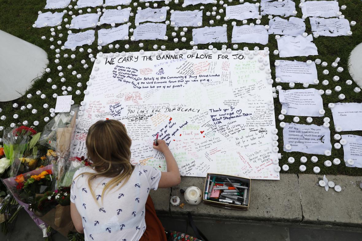 Pietní místo k uctění památky britské poslankyně Jo Coxové