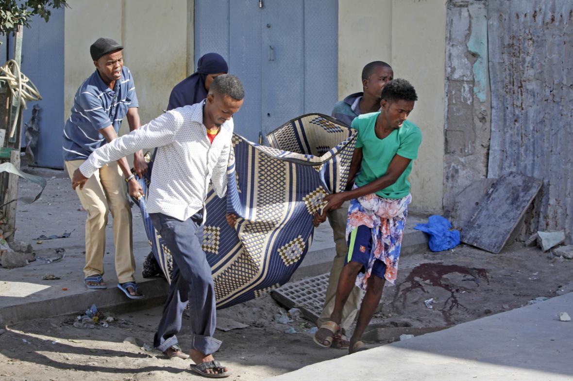 Následky jednoho z útoků v Mogadišu