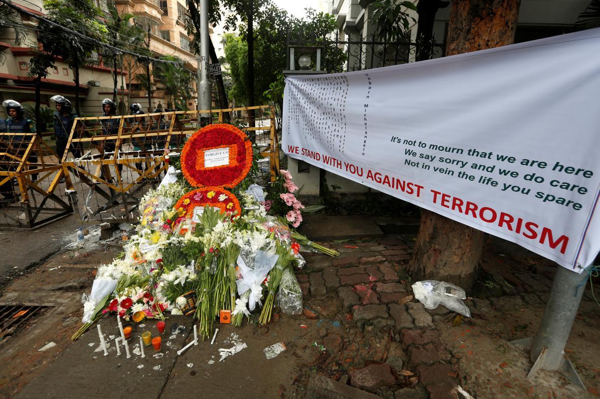 Květiny pro oběti útoku v Dháce