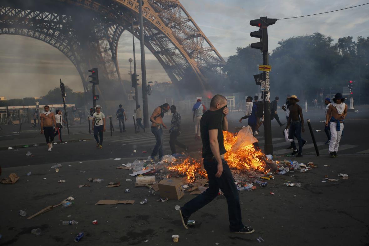 Poslední západ Eura provázely výtržnosti u Eiffelovy věže