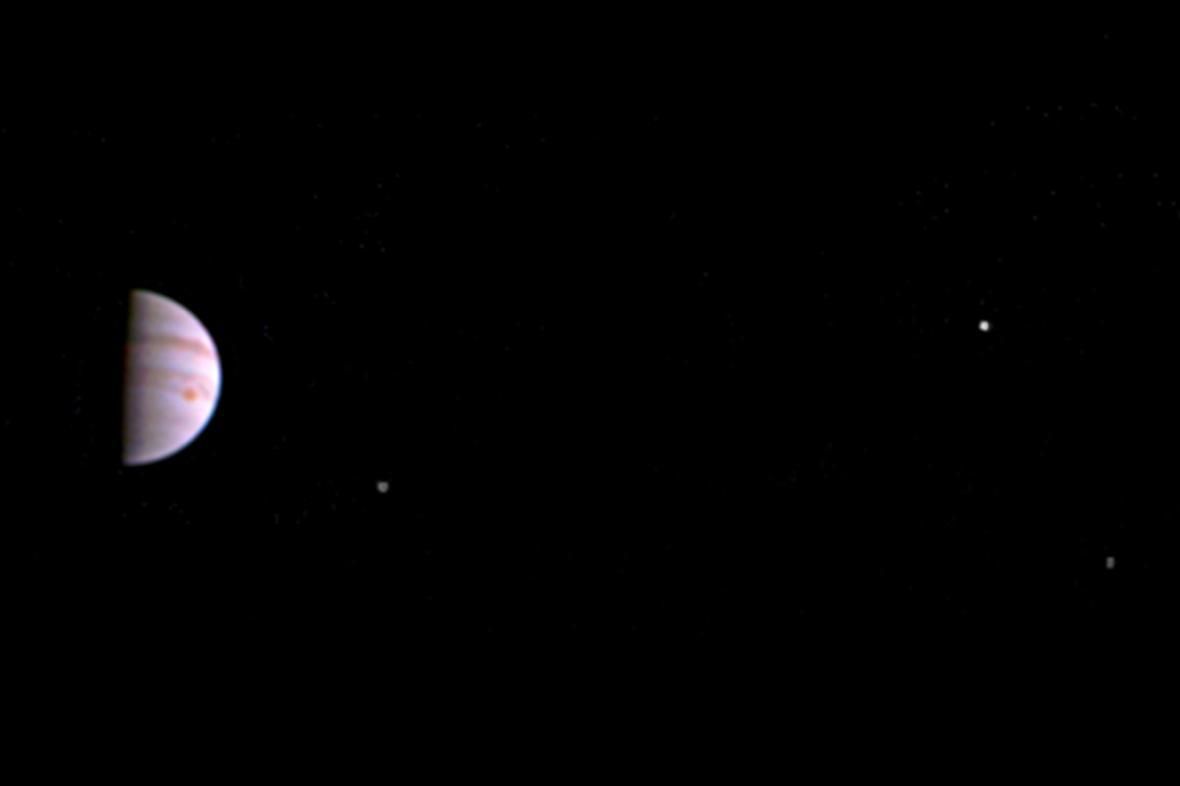 Snímek Jupitera a jeho tří měsíců