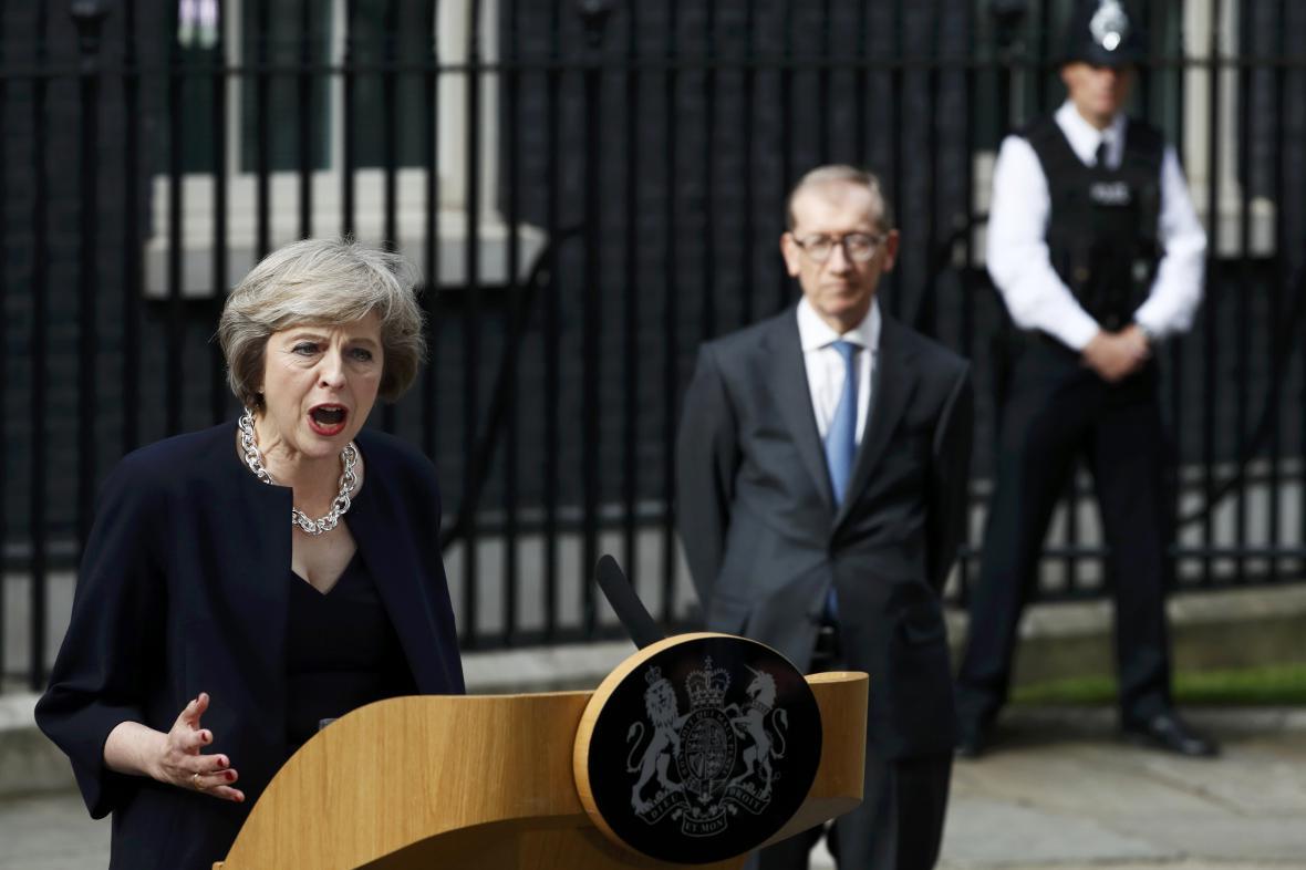 Theresa Mayová před Downing Street 10