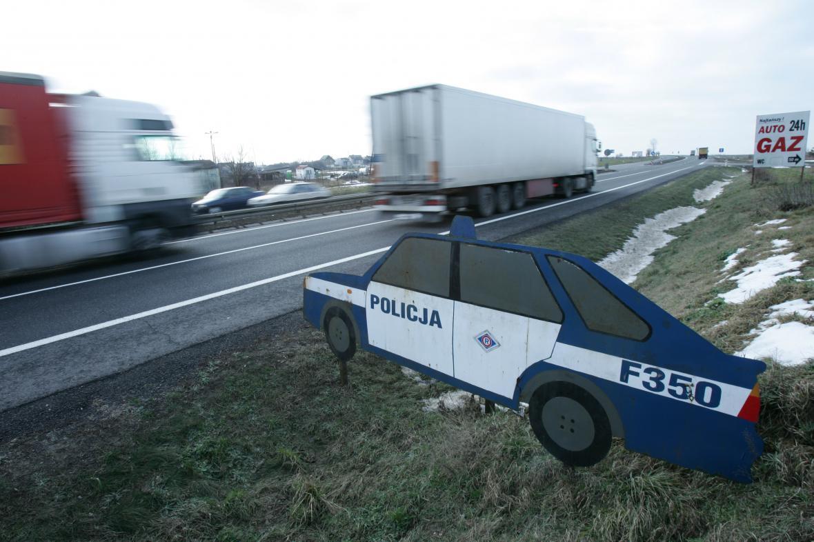 Výstražná maketa na dálnici mezi Varšavou a Katovicemi