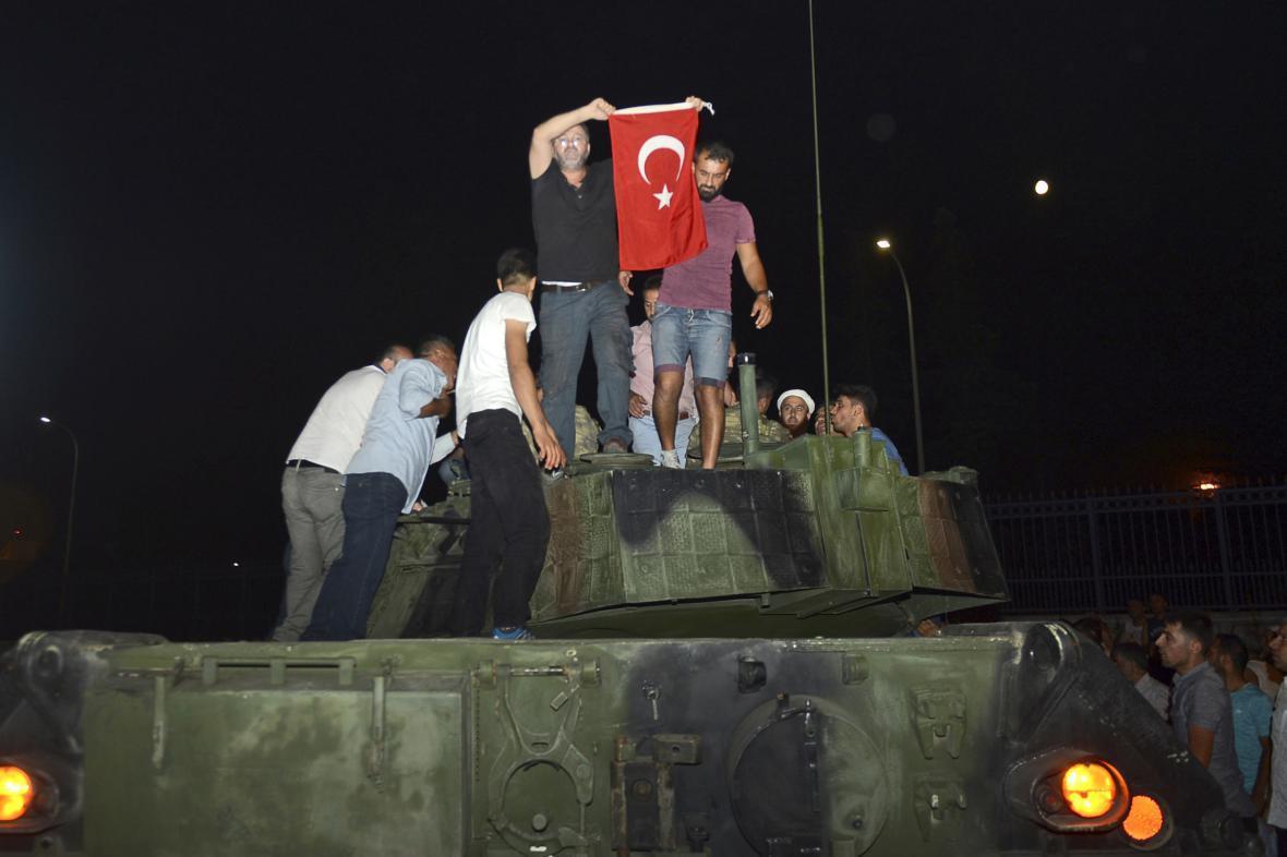 Obyvatelé Istanbulu na jednom z tanků