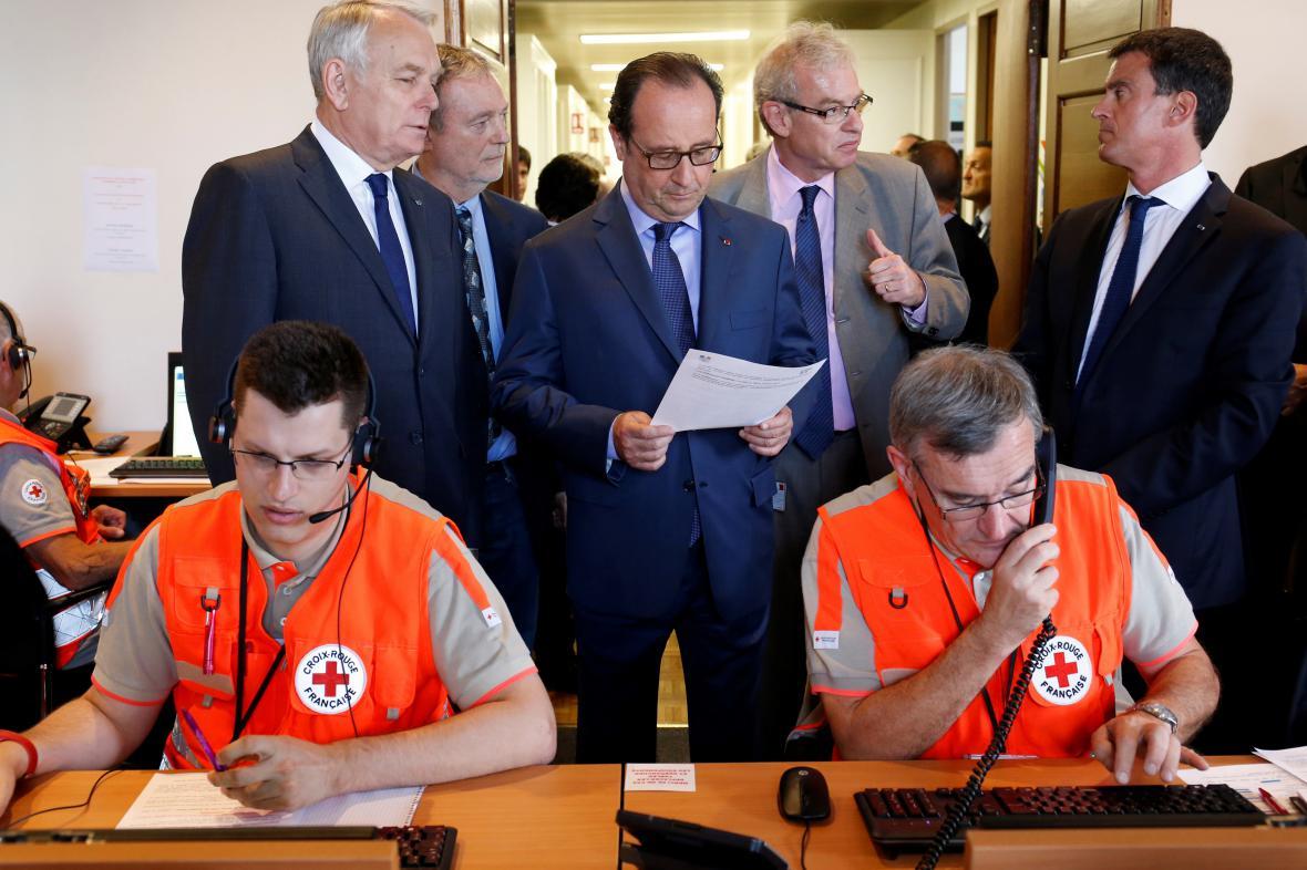 Zástupci vlády při návštěvě krizového štábu