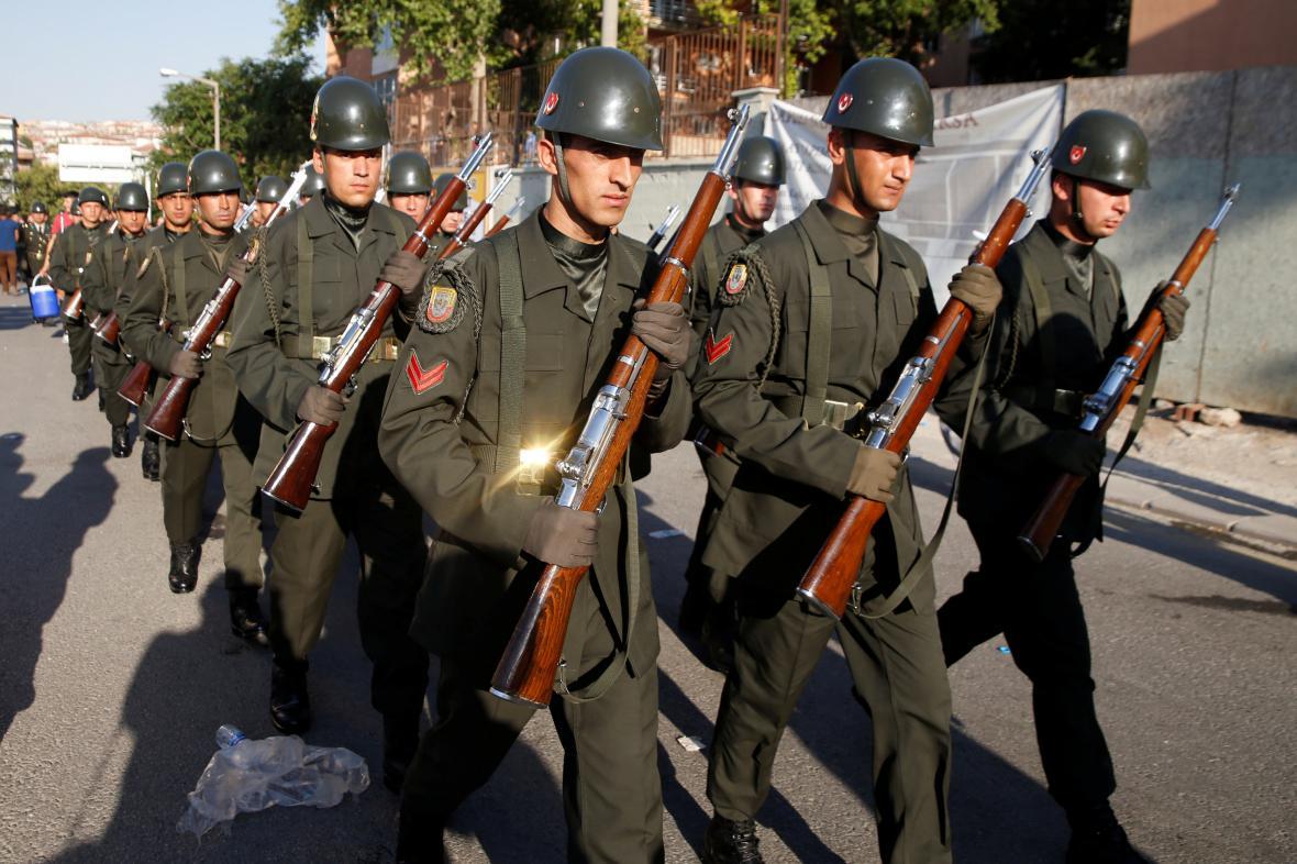 Pochod tureckých vojáků během pohřbu obětí