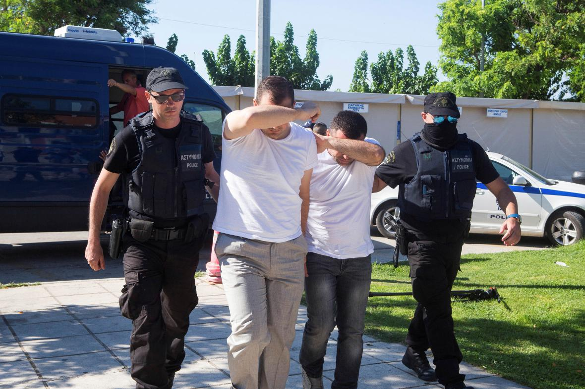Turečtí vojáci po zadržení v Řecku