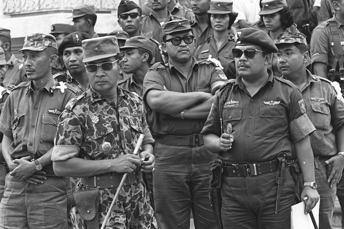 Generál Suharto (druhý zleva v brýlích) byl v čele čistek proti komunistům v roce 1965