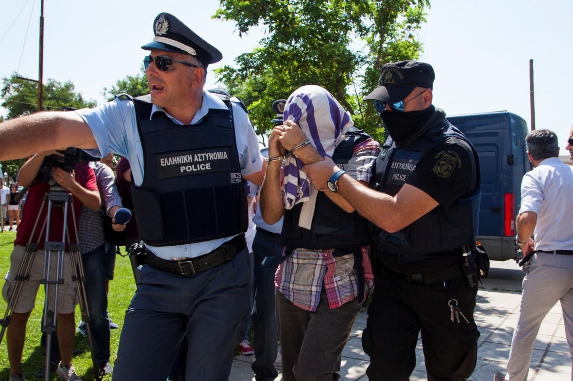 Řecká policie předvádí před soud jednoho z tureckých vojáků