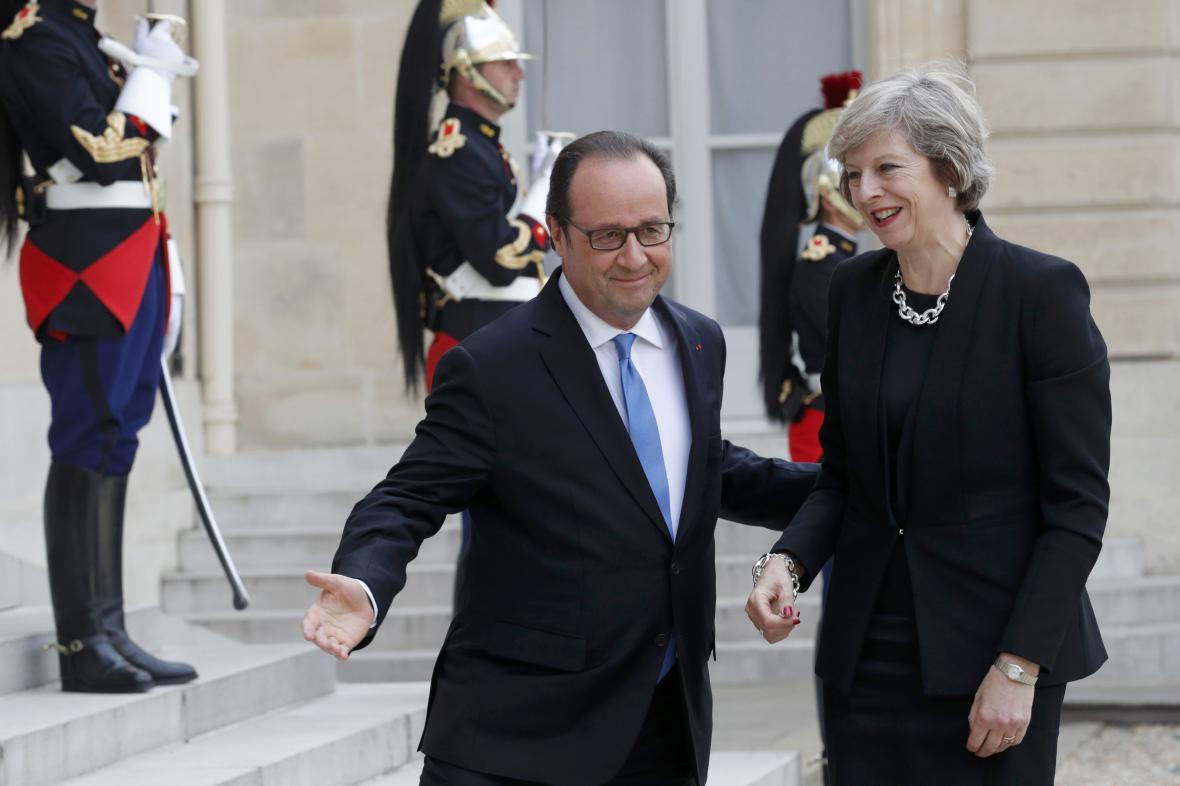 Hollande vítá v Elysejském paláci britskou premiérku Mayovou