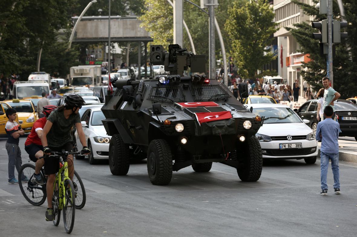 Policejní vůz v centru Ankary