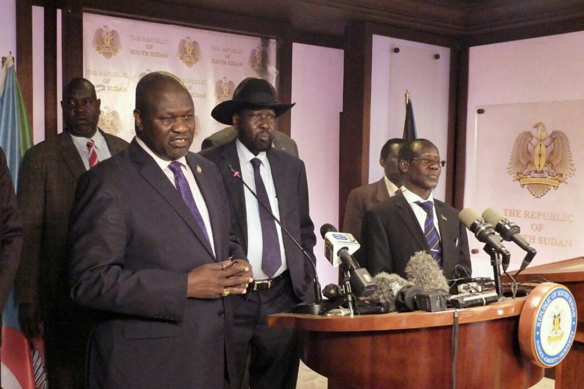 Tandem Riek Machar (vlevo) - Salva Kiir (uprostřed) ještě na začátku července spolupracoval