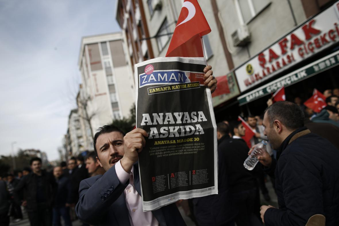 Zákazy médií v první řadě zasáhly přední opoziční list Zaman