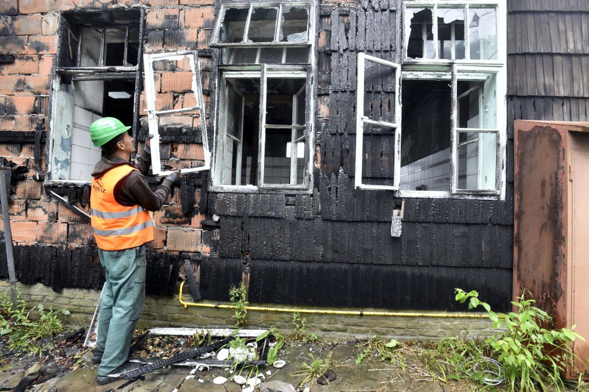 Řemeslníci rozebírají vyhořelou památku