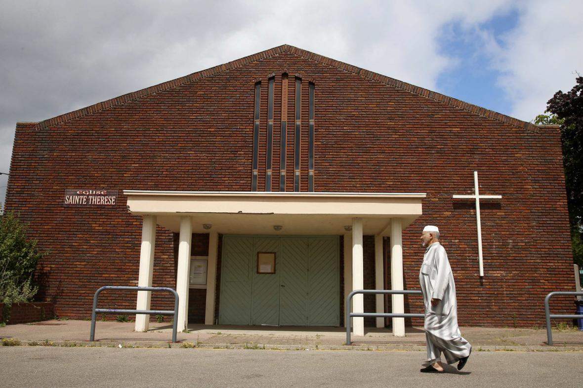 Muslim prochází kolem kostela v Saint-Étienne-du-Rouvray