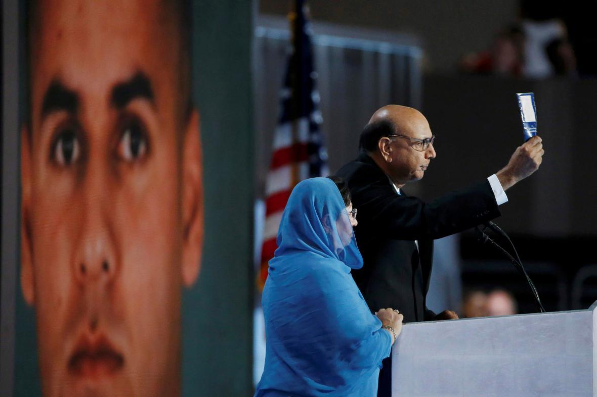 Ghazala Khanová po boku svého manžela při sjezdu demokratů ve Filadelfii
